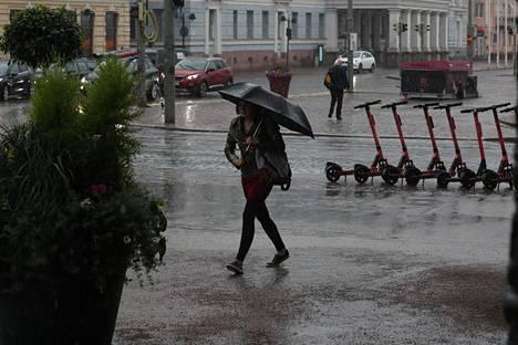 Kaupunkilaisia satessa Kauppatorilla.