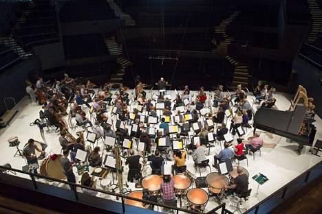 Syyskuussa Radion sinfoniaorkesteria ei nähdä Musiikkitalossa koko laajuudessaan eikä tavallisessa istumajärjestyksessä, kuten vuonna 2015, jolloin kapellimestari Leonard Slatkin harjoitti orkesteria.