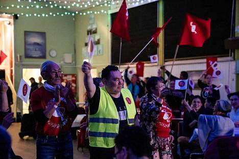 Vaalit voittanut oppositiopuolue IA juhli poikkeuksellista menestystään Grönlannissa tiistaina.