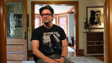 Rna-rokotteen kehittäjä ja entinen Harvardin professori Derrick Rossi kotonaan. Hänellä on suomalainen vaimo, kolme tytärtä ja kaksi saunaa.