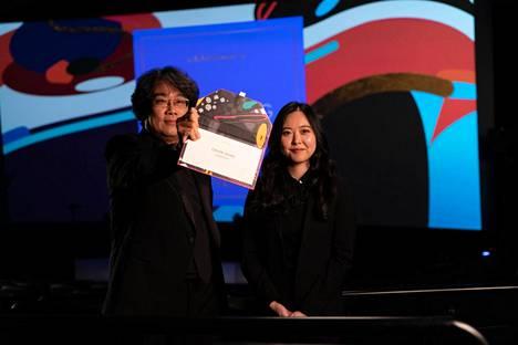 Bong Joon-ho ja Sharon Choi esittivät parhaan ohjaajan palkinnon etäyhteyksien välityksellä.