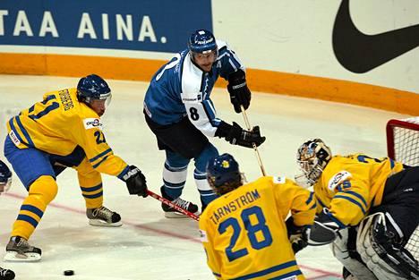 Teemu Selänne iski vuoden 2003 MM-puolivälierässä Ruotsia vastaan kolme maalia. Leijonat hävisi silti.
