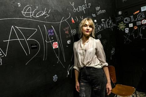 Laulaja Iisa nousee lavalle Kontufestissä.