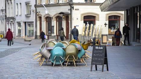 Tallinnan ravintolat ovat pitäneet ovensa auki, ja terassipöydät asetellaan niin, että ihmiset pysyvät vaaditun kahden metrin päässä toisistaan.