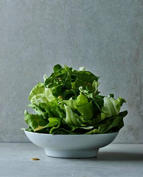 Maailmankuulun salaatin salaisuus on sen lehdille lusikoitu vinegretti.