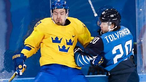 Suomi ja Ruotsi kohtasivat myös Pyeongchangin olympialaisissa. Suomen Eeli Tolvanen taklasi Ruotsin Anton Landeria.