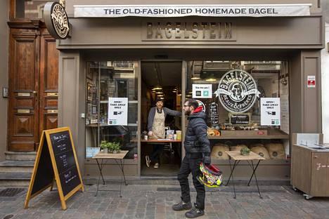 Matthieu Lagarde on päättänyt siirtää bagelmyyntinsä kadulle, kun kahvilaa ei saa enää pitää auki. Billel Harou työskentelee noutoannoskuskina.