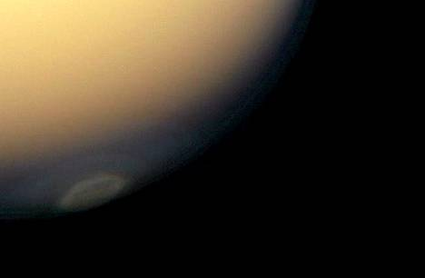 Saturnuksen suurimman kuun Titanin eteläiselle pallonpuoliskolle tulee nyt hitaasti syksy. Siitä kertovat Cassinin kuvassa pilvikerrokset, jotka syntyvät elelänavan ylle. Pilvien koostumusta ei vielä kunnolla tunneta.