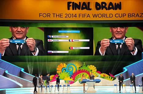 FIFA:n pääsihteeri Jerome Valcke näyttää arpaa, joka vie Englannin samaan alkulohkoon muun muassa Italian kanssa.