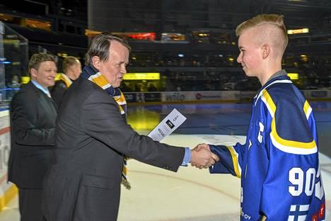 Blues-junioreiden Mikael Sillanpää sai Taitoa ja rispektiä -palkinnon Sanoma Media Finlandin toimitusjohtajalta Pekka Soinilta tiistaina Barona-areenassa.