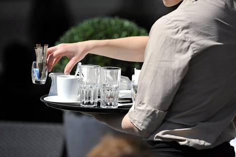 Tarjoilijan työssä runsas käsikarvoitus voi haitata asiakasta.