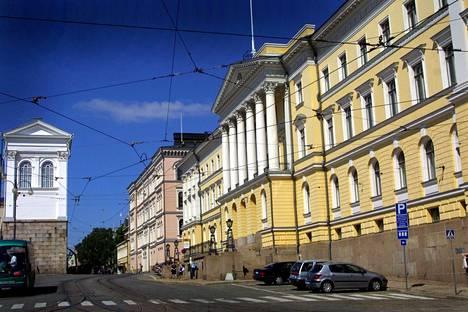 Tuoreen kyselyn mukaan 66 prosenttia suomalaisista luottaa valtionhallintoon ja 61 prosenttia hallitukseen. Kuvassa Valtioneuvoston linna Helsingissä.