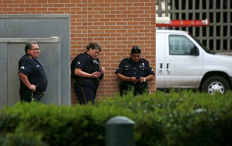 Poliisit seisoskelivat lauantaina Dallasin pääpoliisiaseman ulkopuolella nimettömän uhkauksen saavuttua.
