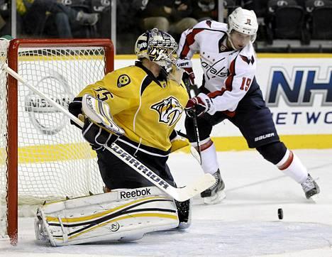 Predatorsin maalivahti Pekka Rinne torjui Washingtonin Nicklas Bäckströmin hyökkäyksen tiistain ottelussa Nashvillessä.