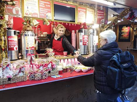 Lämpimät juomat ovat olennainen osa joulutorien tarjontaa. Glögien lisäksi Tallinnan joulutorilla on tarjolla esimerkiksi kuumaa calvadosta.