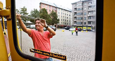 Lauantaina Kim Backström purki Töölöntorilla telttakahvilaa pakettiautoon. Hän kannattaa pysäköintipaikkojen uudelleen järjestelyä, mutta haluaa muuten säilyttää Helsingin kantakaupungissa riittävästi ilmaisia pysäköintipaikkoja.