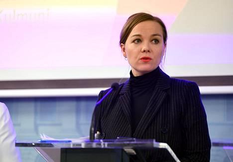 Valtiovarainministeri Katri Kulmuni kertoi yritysten tukipaketista hallituksen tiedotustilaisuudessa maanantaina.