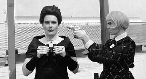 Seurapiirirouva Taabe Guggenheim-Kennedyn (Sampo Marjomaa) elämän sekoittaa Carol, vieras tulevaisuudesta (Ulla Virtanen).