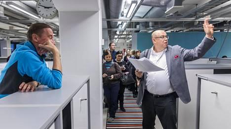"""""""Tuohon kulmaukseen rakennetaan kemian ja fysiikan laboratoriot"""", rehtori Pasi Majasaari viittilöi. Sanomalan toimistotalon kuudes kerros on tällä hetkellä yhtä avointa tilaa."""