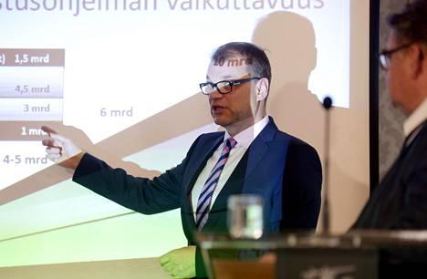Tästä kaikki alkoi. Hallitusneuvottelujen vetäjä, sittemmin pääministeriksi noussut Juha Sipilä (kesk) esitteli talouslukuja hallitusneuvotteluja koskeneessa tiedotustilaisuudessa kolme vuotta sitten, 20. toukokuuta 2015.