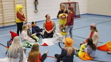 Äänekosken koulujen teatterikerhoissa tehdään paljon improvisaatiota, pieniä esityksiä ja leikitään paljon. Koiviston koululla lapset keskustelemassa piirissä kerhon ohjaajan Pilvi Hongan kanssa. Puheenvuoroa pyytää Veeti Masalin.