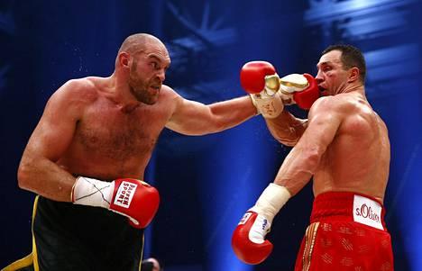 Tyson Fury (kuvassa vasemmalla) ja Vladimir Klitschko ottelivat kolmesta maailmanmestaruusvyöstä marraskuussa 2015.