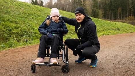 Sumi ja Tomi Jaakkola aikovat kerätä rahaa Rettin oireyhtymää sairastavien tukemiseen.