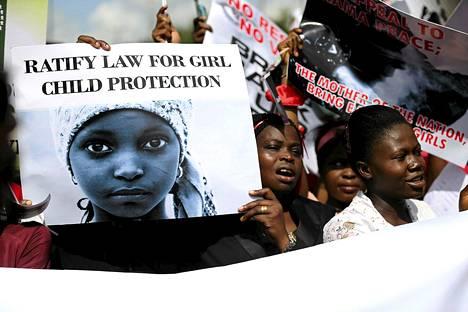 Naiset vaativat siepattujen tyttöjen vapauttamista mielenosoituksessa Lagosissa 5. toukokuuta.