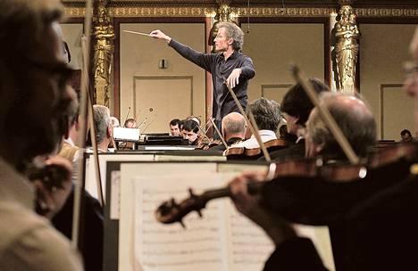 Wienin filharmonikot harjoitteli uudenvuoden konserttia varten joulukuussa 2012. Pääosin miessoittajista koostuvaa orkesteria on arvosteltu sovinistisista valintaperusteista.