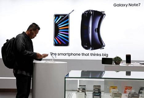 Asiakas kokeili Samsung Galaxy Note 7 -puhelinta Samsungin liikkeessä Jakartassa Indonesiassa.