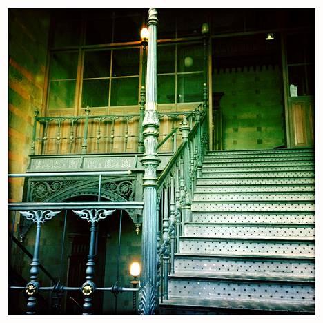 Piirustussaliin ylimpään kerrokseen piti kiivetä rautaportaita.