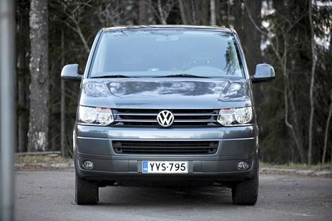 Volkswagen Caravellen vikojen määrää selittää se, että autoja käytetään paljon minibusseina.