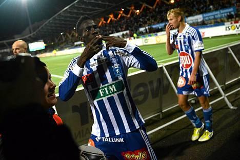 Demba Savage tuuletti tekemäänsä maalia fanikatsomon edessä.