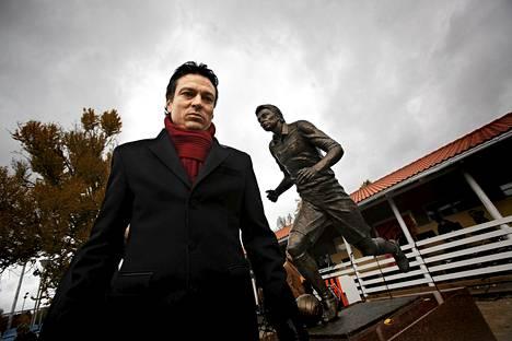Jari Litmasen patsas paljastettiin lokakuussa 2010.