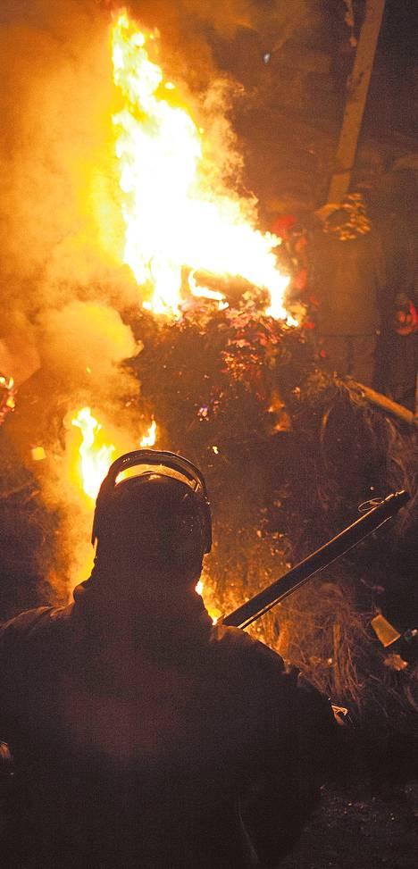 Barrikadit paloivat Kiovan keskustassa maanantai-iltana.