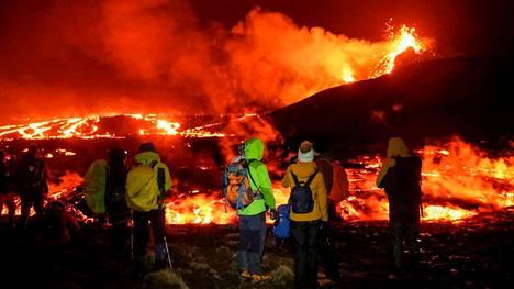 Ihmiset kokoontuivat lauantaina katsomaan purkautuvaa tulivuorta.