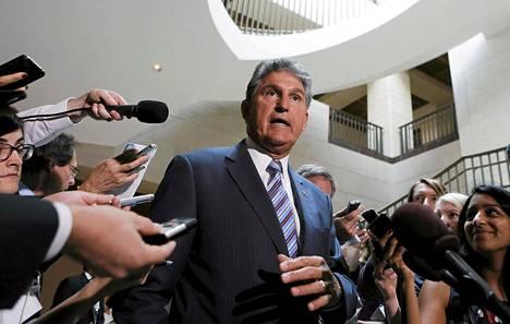 Senaattori Joe Manchin kertoi toimittajille kongressin käymistä Syyria-keskusteluista Washingtonissa torstaina.