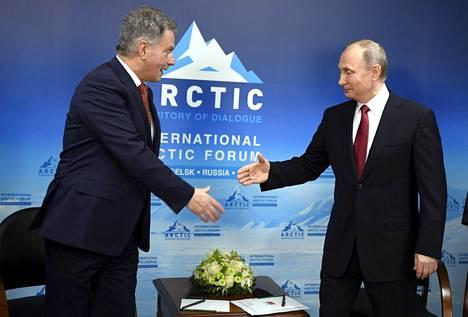 Tasavallan presidentti Sauli Niinistö (vas.) tapasi Venäjän presidentti Vladimir Putinin kansainvälisessä Arktisessa foorumissa Venäjän Arkangelissa 30. maaliskuuta 2017.