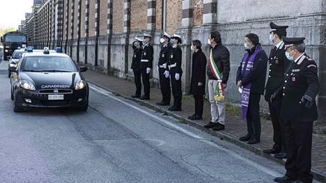 Armeija kuljetti koronavainajia poltettavaksi Bergamon kaupungissa kuluneella viikolla.