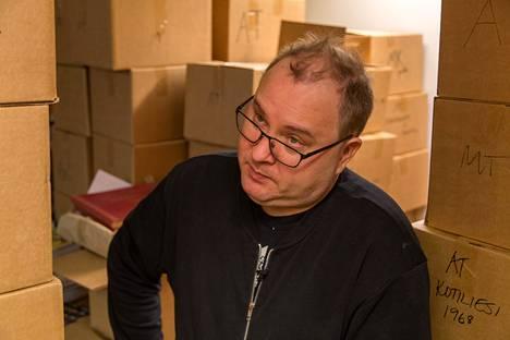 Neljästä antikvariaatista vastaavalla Elmeri Vehkalalla on nyt aikaa sukellella varastossa.