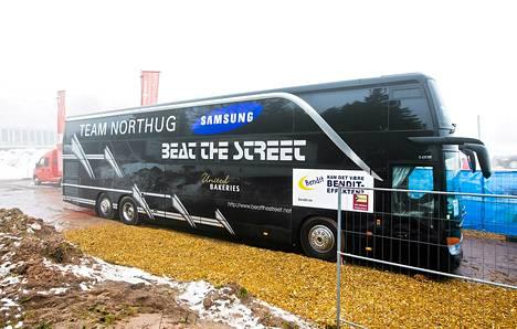 Petter Northugin rentoutumisbussi Oberhofin parkkipaikalla.