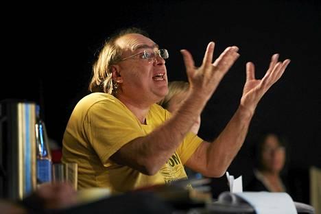 Ukrainalainen Andriy Zholdak ohjaa Tšehovin Vanja-enoa Klockrike-teaternissa.