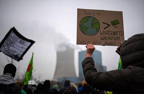 Fridays for Future -ilmastoliikkeen mielenosoittajat osoittivat perjantaina mieltä saksalaisyhtiö Uniperin Dattelnissa sijaitsevan hiilivoimalan luona.