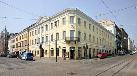 Uschakoffin talo sijaitsee viistosti Kauppatoria vastapäätä osoitteessa Pohjoisesplanadi 19.