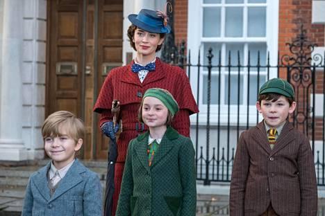 Emily Blunt on uusi Mary Poppins eli Maija Poppanen. Lapsirooleissa Joel Dawson Georgiena, Pixie Davies Annabelina ja Nathanael Saleh Johnina.