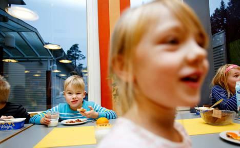 Särkipitsapiirakka maistui keskiviikkona Eemeli Huttuselle ja Helmiina Ahopellolle Vesangan koululla Jyväskylässä.