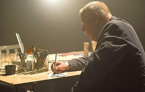 Taiteilija Oiva Toikka piirtää dokumentissa saman työpöydän ääressä, missä hän työskenteli 1960-luvun alussa Kaj Franckin kanssa.