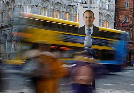 Pääministeri Leo Vardkarin suosio on laskenut nopeasti. Vaikka Irlannin taloudella menee hyvin, asuntopula on paha ja vuokrat korkeat.