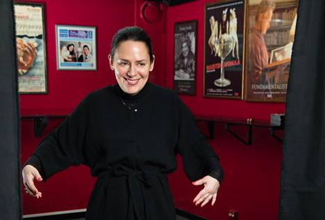 """Anna Moilanen tanssahtelee Teatteri Jurkassa, joka on tällä hetkellä hänen lempiteatterinsa Helsingissä. """"Näytelmät ovat aina erinomaisia."""""""