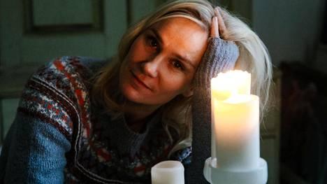 Laura Malmivaara viettää joulua sukunsa kanssa yli sata vuotta vanhassa talossa. Sauna lämmitetään, tunnelma on rento ja on aikaa puhua.